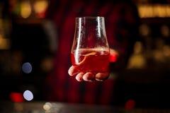 Barman dienend glas van een Sazerac-cocktail royalty-vrije stock fotografie