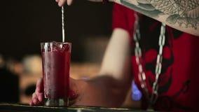 Barman dodaje jagody i iskrzastą wodę zbiory wideo