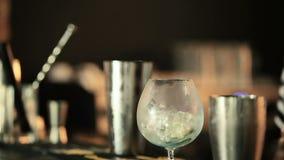 Barman dodaje lód plasterek wapno w szkle zbiory