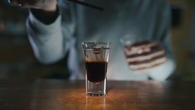 Barman dodaje sirop pÅ'atowaty strzaÅ' z dakr dżinem w zwolnionym tempie i trunkiem, robi koktajlom w barze, alkoholu napój zdjęcie wideo