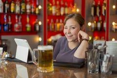 Barman dziewczyna za kontuarem Fotografia Stock