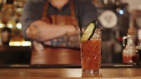 Barman e cocktail terminado na barra vídeos de arquivo