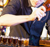Barman effectuant des tirs de boissons Photo stock
