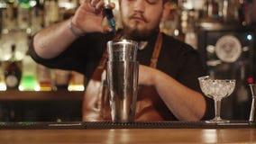 Barman em um funcionamento do restaurante video estoque