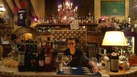 Barman en café, Rome, Italie Images libres de droits