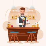Barman esperto do homem que guarda o cocktail e a bebida em uma barra da noite Imagem de Stock Royalty Free