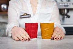 Barman et clients féminins dans un café Images stock