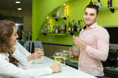 Barman et femmes de sourire à la barre Image stock
