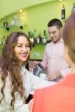 Barman et femmes de sourire à la barre Image libre de droits
