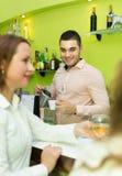 Barman et femmes de sourire à la barre Images libres de droits