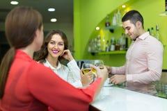 Barman et femmes de sourire à la barre Images stock