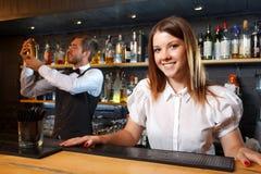 Barman et une serveuse pendant le travail Image stock