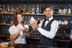 Barman et une serveuse pendant le travail Image libre de droits