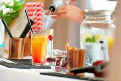 Barman expert faisant le cocktail à la réception d'événement ou de mariage Photos stock
