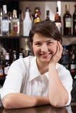Barman féminin au travail Image stock