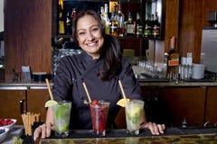 Barman fêmea Mixologist Fotos de Stock