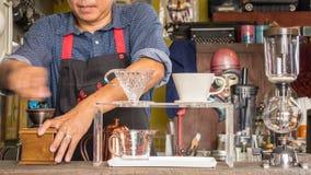 Barman faisant la tasse du café Photo stock