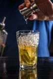 Barman faisant le cocktail Photo stock