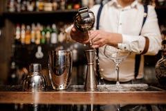 Barman faisant le coctail au compteur de barre Photo libre de droits