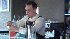 Barman faisant le coctail d'alcool dans le restaurant Images stock