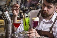 Barman faisant le coctail d'alcool dans le restaurant Image stock