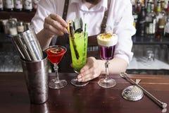 Barman faisant le coctail d'alcool dans le restaurant Photographie stock