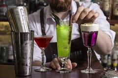 Barman faisant le coctail d'alcool dans le restaurant Photos stock