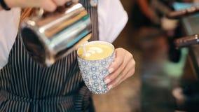 Barman faisant le latte avec le modèle clips vidéos