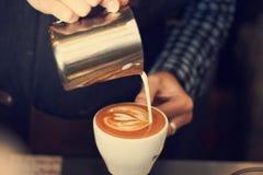 Barman faisant le latte chaud Images libres de droits