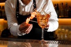 Barman faisant un cocktail brûlant frais avec le feu Photos libres de droits