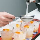 Barman faisant un cocktail dans un verre court photographie stock libre de droits