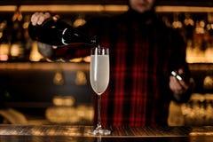 Barman faisant un cocktail 75 français frais et savoureux images libres de droits