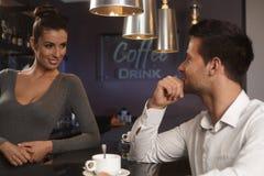 Barman flirtant avec le jeune homme dans la barre photographie stock