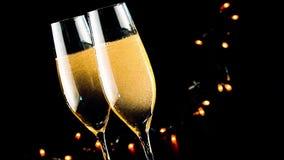 Barman gietende champagne in fluiten met gouden bellen op zwarte donkere lichte achtergrond stock videobeelden