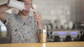 Barman het gieten inhoud in schudbeker om een cocktail voor te bereiden stock videobeelden