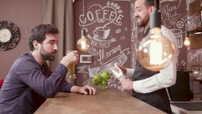 Barman i klient dzielimy opowieści podczas gdy tam jest nikt inny w restauracji zbiory