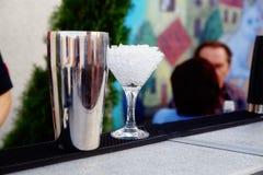 Barman koelglazen voor cocktail stock afbeelding