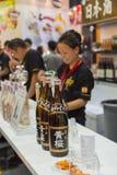 Barman lub barman Japan trunek przy barem Zdjęcia Stock
