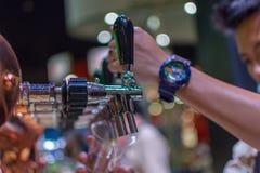 Barman lub barman nalewa łyknięcia lager piwo od piwa klepnięcia Obrazy Stock
