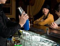 Barman mélangeant un cocktail pendant l'heure heureuse images libres de droits
