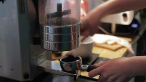 Barman Makes Coffee pour des visiteurs banque de vidéos