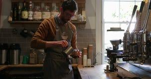 Barman Making un Latte banque de vidéos
