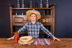 Barman masculin beau dans un sombrero se tenant au compteur, b Image libre de droits