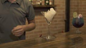 Barman mettant la glace écrasée en verre pour faire le cocktail au compteur de barre du restaurant Barman préparant l'alcoolique clips vidéos