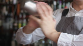 Barman miesza koktajl w potrząsaczu zbiory