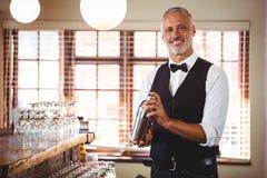Barman miesza koktajlu napój w koktajlu potrząsaczu Zdjęcie Royalty Free