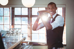 Barman miesza koktajlu napój w koktajlu potrząsaczu Obraz Royalty Free