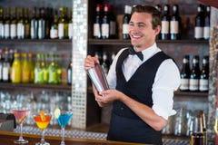 Barman miesza koktajlu napój w koktajlu potrząsaczu Zdjęcia Stock