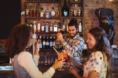 Barman miesza koktajlu napój w koktajlu potrząsaczu Zdjęcia Royalty Free