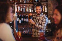 Barman miesza koktajlu napój w koktajlu potrząsaczu Obraz Stock